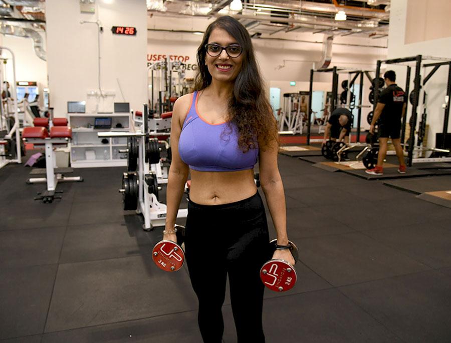 Sneha-in-the-gym-dumbbells